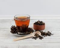 Kopp te med spridda teblad Arkivbilder