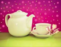 Kopp te med tekanna tänd bakgrund Royaltyfria Bilder