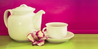 Kopp te med tekanna tänd bakgrund Royaltyfri Foto