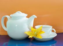 Kopp te med tekanna tänd bakgrund Arkivbild