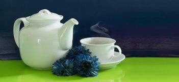 Kopp te med tekanna tänd bakgrund Arkivfoton