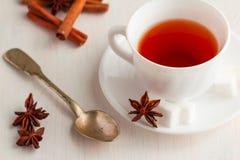 Kopp te med teskeden och kubiksocker Royaltyfria Foton