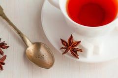 Kopp te med teskeden och kubiksocker Royaltyfria Bilder