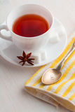 Kopp te med teskeden på kökshandduken Fotografering för Bildbyråer