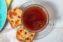 Kopp te med torkat - fruktkaka Arkivbilder