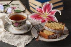 Kopp te och böcker, slut upp arkivfoton