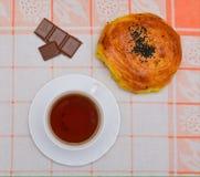 Kopp te och choklad med muttrar Arkivfoto