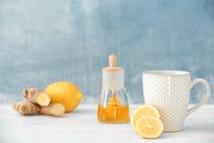 Kopp te och citron på tabellen arkivfoton
