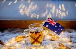 Kopp te och flagga av Australien på snö och felika ljus Royaltyfri Fotografi