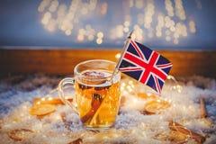 Kopp te och flagga av Förenade kungariket Arkivfoto