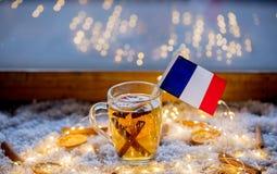 Kopp te och flagga av Frankrike på snö och felika ljus Arkivbilder