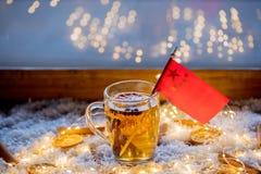 Kopp te och flagga av Kina på snö och felika ljus Arkivbilder