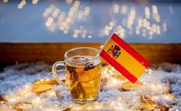 Kopp te och flagga av Spanien på snö och felika ljus Royaltyfria Bilder