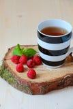 Kopp te och hallon royaltyfri fotografi