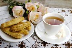 Kopp te och kaka Arkivfoto