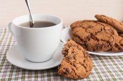 Kopp te och kakor med choklad Americano arkivbild
