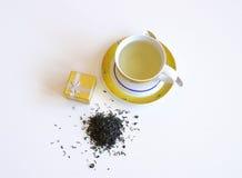 Kopp te och sked med gåvan Royaltyfria Foton
