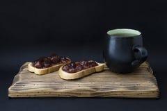 Kopp te och smörgås med driftstopp Royaltyfria Foton