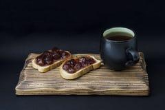 Kopp te och smörgås med driftstopp Royaltyfri Fotografi