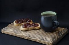 Kopp te och smörgås med driftstopp Fotografering för Bildbyråer