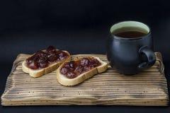 Kopp te och smörgås med driftstopp royaltyfri bild