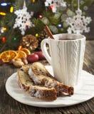 Kopp te och stycken av jul stollen royaltyfria foton
