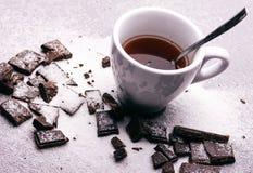Kopp te och styckmörkerchoklad Arkivbilder