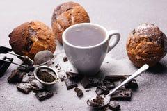 Kopp te och styckmörkerchoklad Arkivbild