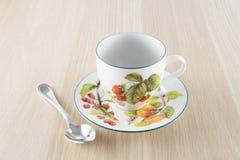 Kopp te och tesked på trätabellen fotografering för bildbyråer