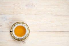 Kopp te på det vita skrivbordet med utrymme Royaltyfria Foton