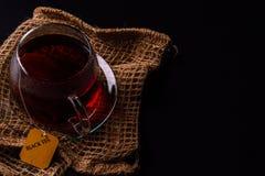 Kopp te på en svart bakgrund arkivbild