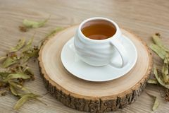 Kopp te på en träpalett arkivbild