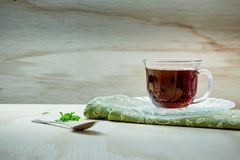 Kopp te på en trätabell Arkivfoto