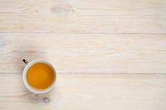 Kopp te på trä med utrymme Royaltyfri Bild