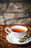 Kopp te på träbakgrund Royaltyfri Fotografi
