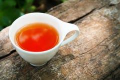 Kopp te på träbakgrund i solig morgon med kopieringsutrymme royaltyfri fotografi