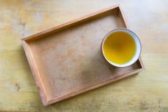 Kopp te på träplattan Royaltyfria Foton