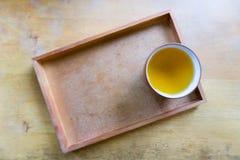 Kopp te på träplattan Fotografering för Bildbyråer