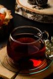 Kopp te på träskrivbord arkivbild