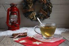 Kopp te på trätabellen med rött latern royaltyfria bilder