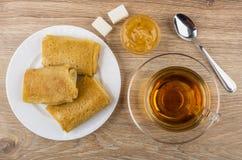 Kopp te pannkakor med välfyllt, citrondriftstopp, socker Royaltyfri Fotografi
