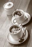 Koppar av Coca Tea på trätabellen Royaltyfria Foton
