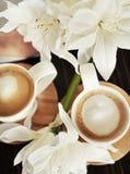 Koppar av kaffe med blommor Royaltyfri Foto