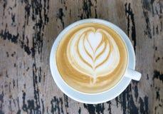 Koppar av lattekonstkaffe på den wood tabellen Arkivfoton