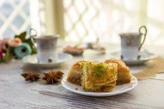 Koppar av turkiskt kaffe och en platta med baklava Royaltyfri Fotografi