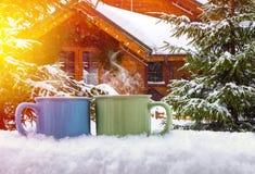 Koppar av varmt kaffe på snön Royaltyfri Fotografi