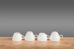 Koppar för vitt kaffe på trätabellen Royaltyfria Foton