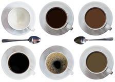 Koppar, fyllt kaffe eller te, sked, plattor, svart, latte, bubblor, malt, bästa sikt på iaolated vit bakgrund royaltyfri foto