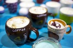 Koppar kaffe med kräm överst Arkivbild