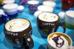 Koppar kaffe med kräm överst Arkivfoto